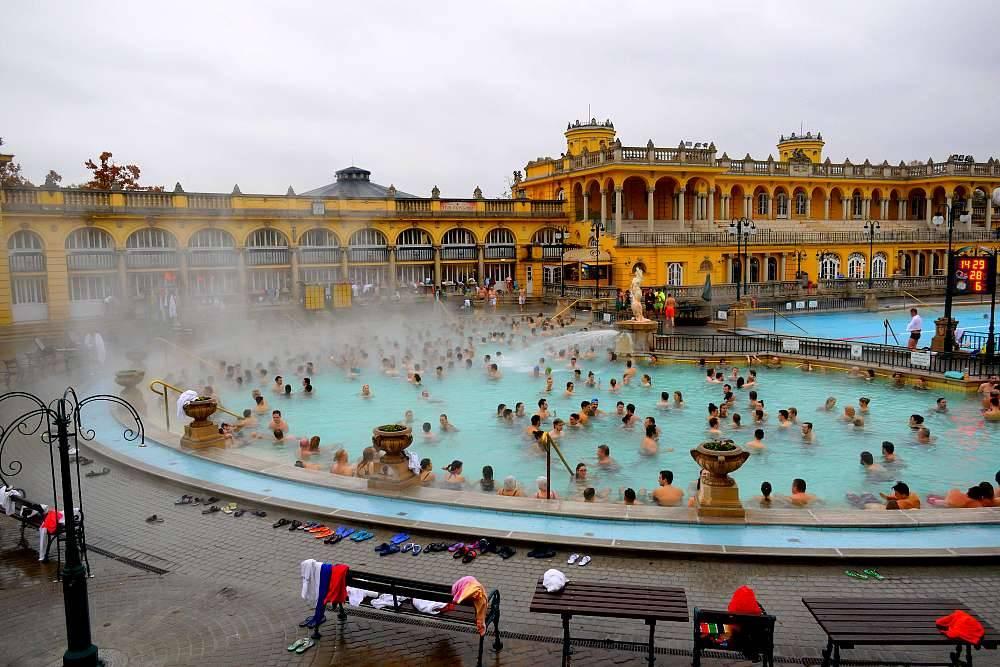 Photo 1: Les légendaires bains thermaux de Budapest