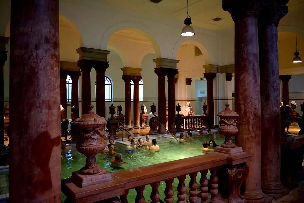 Photo 2: Les légendaires bains thermaux de Budapest