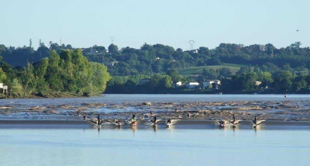 Photo 1: Le mascaret - La vague sur la dordogne à 25 minutes de Bordeaux
