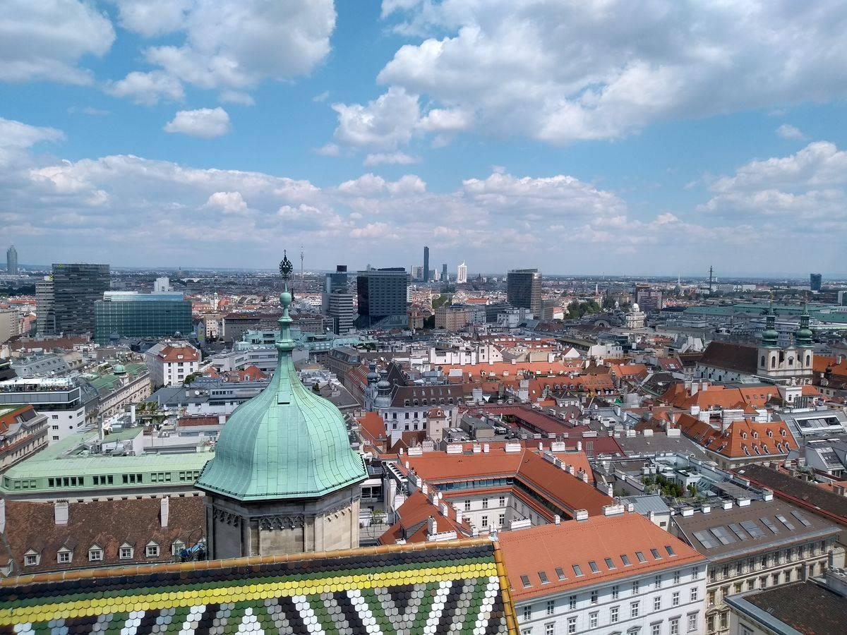 Photo 1: Vue imprenable sur le centre historique de Vienne depuis la tour sud de la cathédrale saint étienne !