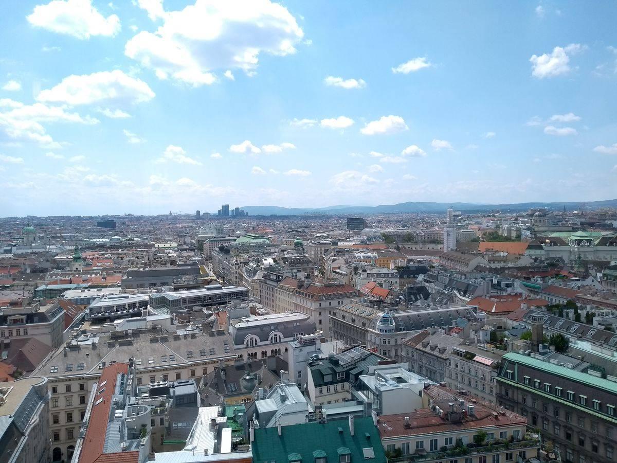Photo 2: Vue imprenable sur le centre historique de Vienne depuis la tour sud de la cathédrale saint étienne !
