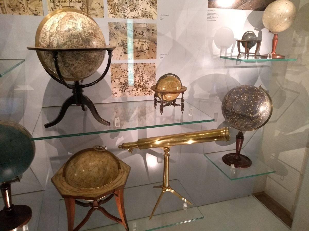 Photo 2: Une des plus grandes collections de globes sur Terre !