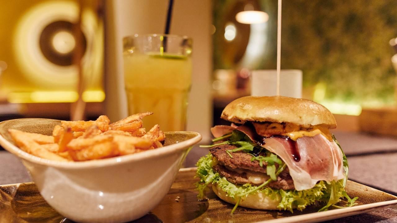 Photo 2: Un hamburger ou une salade chez Peter Pane ?