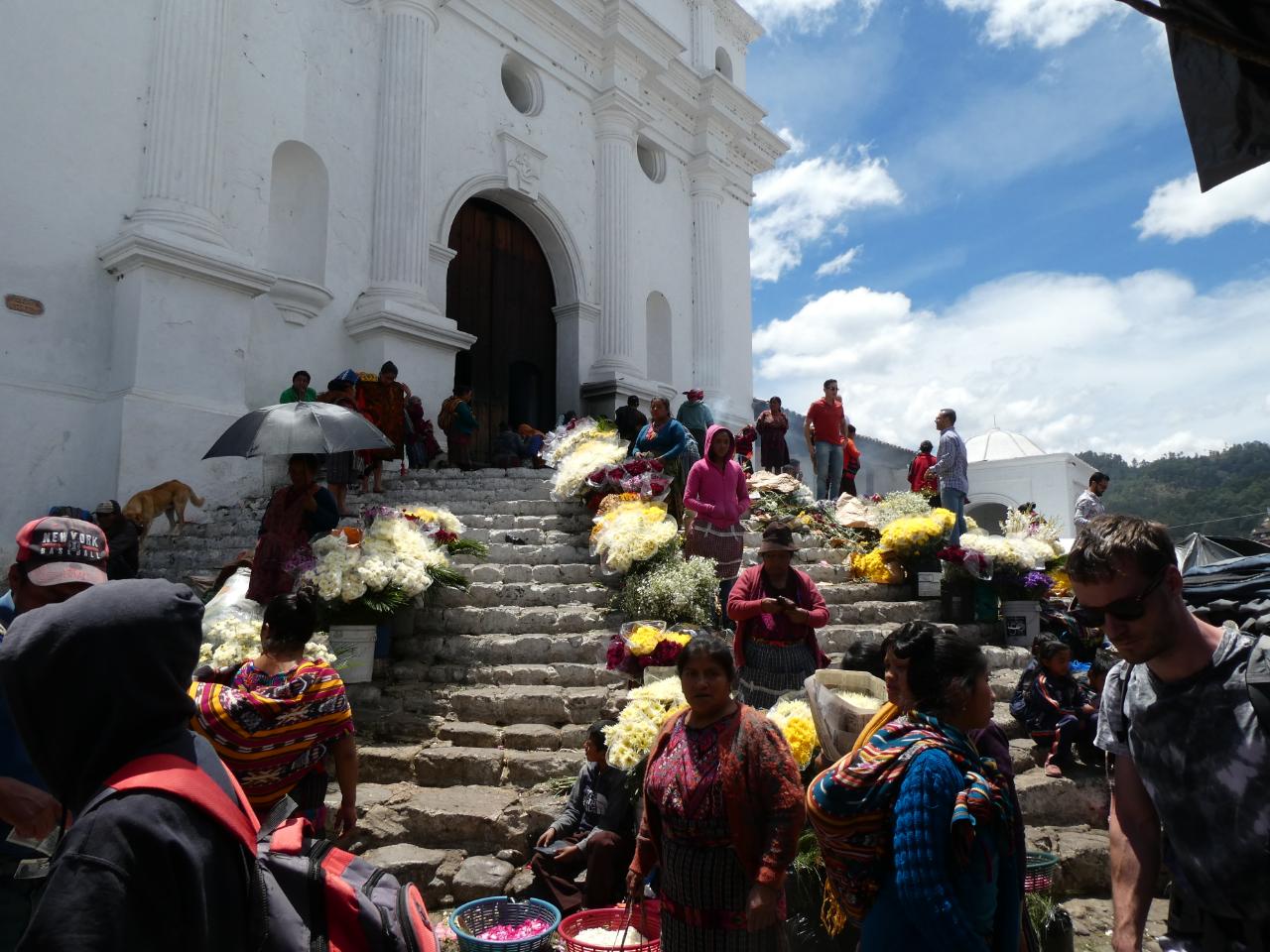 Photo 2: Le marché coloré de Chichicastenango au Guatemala
