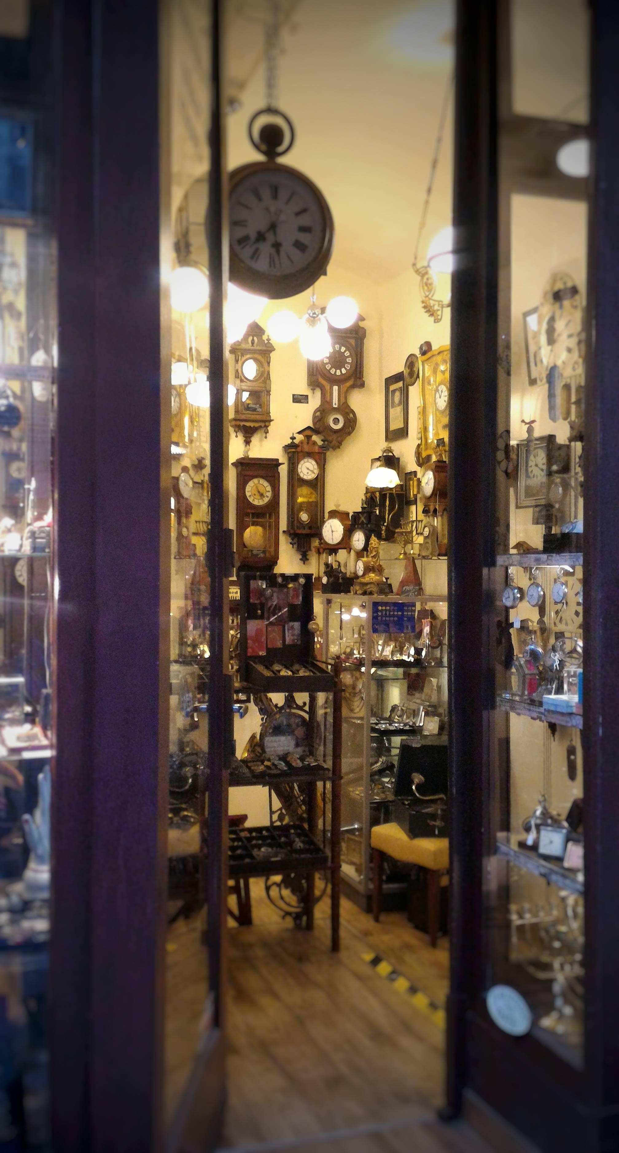 Photo 2: Boutique remplie de montres