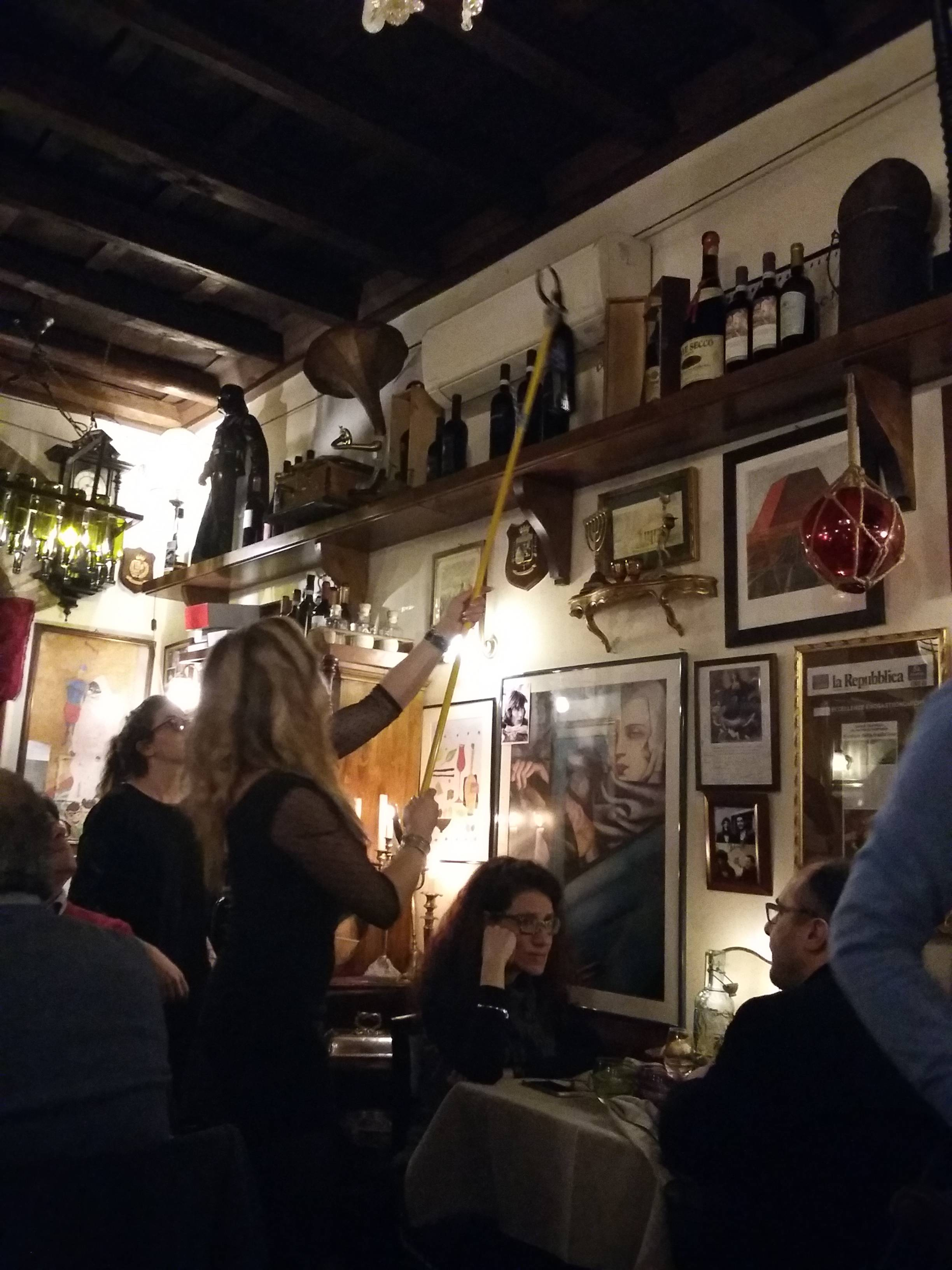 Photo 2: Pietro al pantheon, le resto où l'on attrape une bouteille avec une perche!