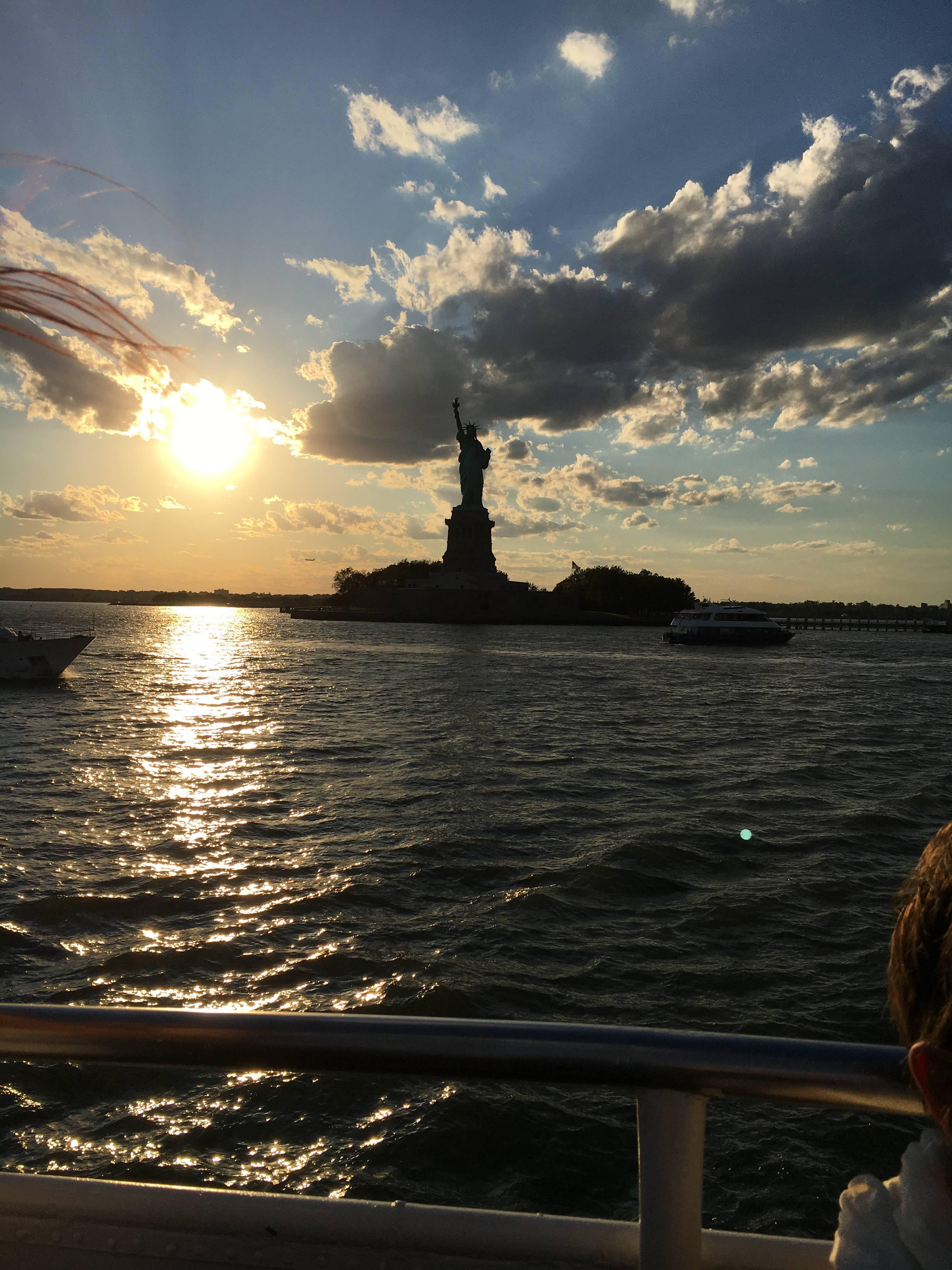 Photo 1: New York City vu de l'Hudson au coucher du soleil