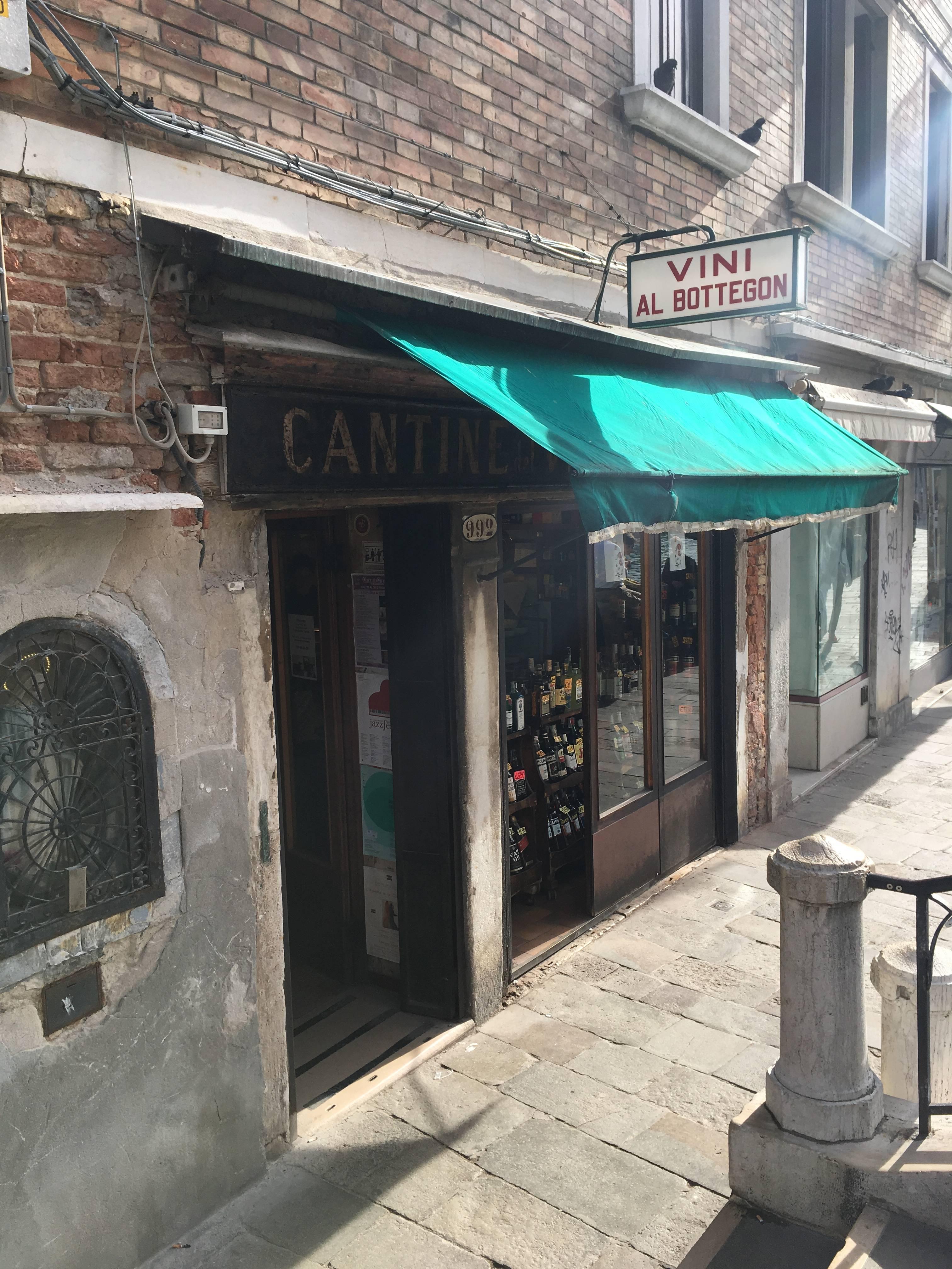 Photo 1: Petite cantine dans le quartier de Dorsoduro à Venise : Cantine del Vino già Schiavi