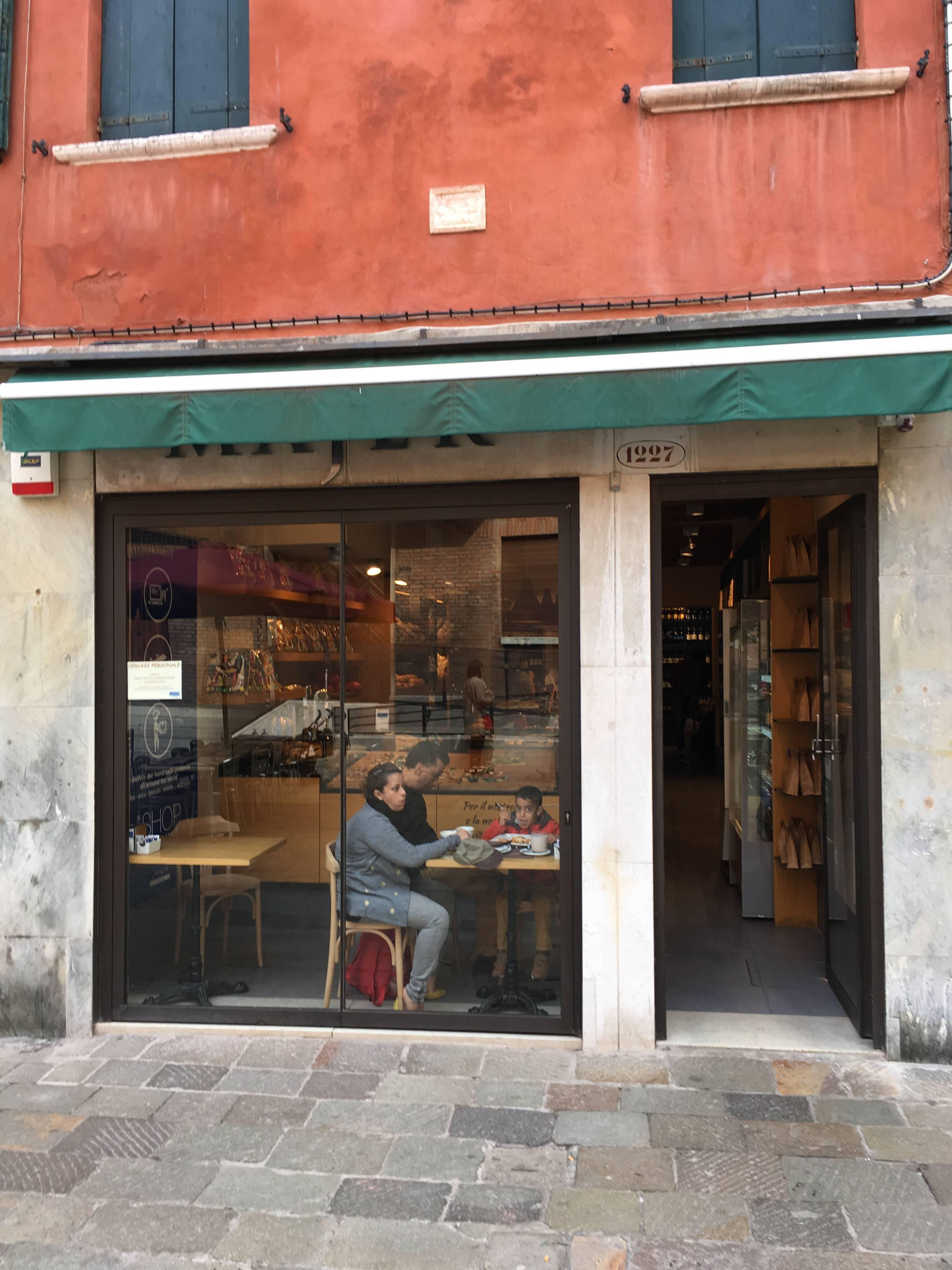 Photo 2: Boulangerie Majer - Pour manger une pizza, un gâteau ou boire un cappuccino en plein quartier du Ghetto