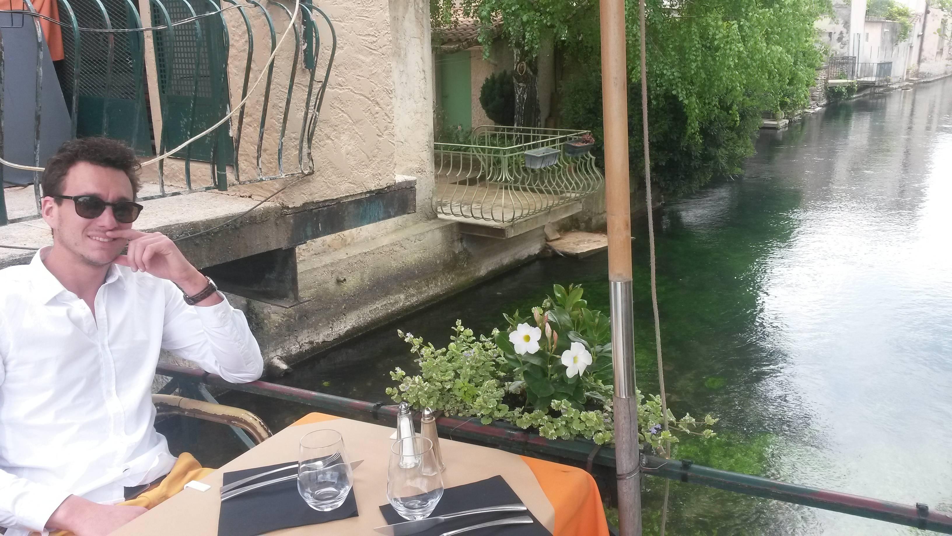 Photo 1: Déjeuner sur un pont à L'Isle-sur-sorgue