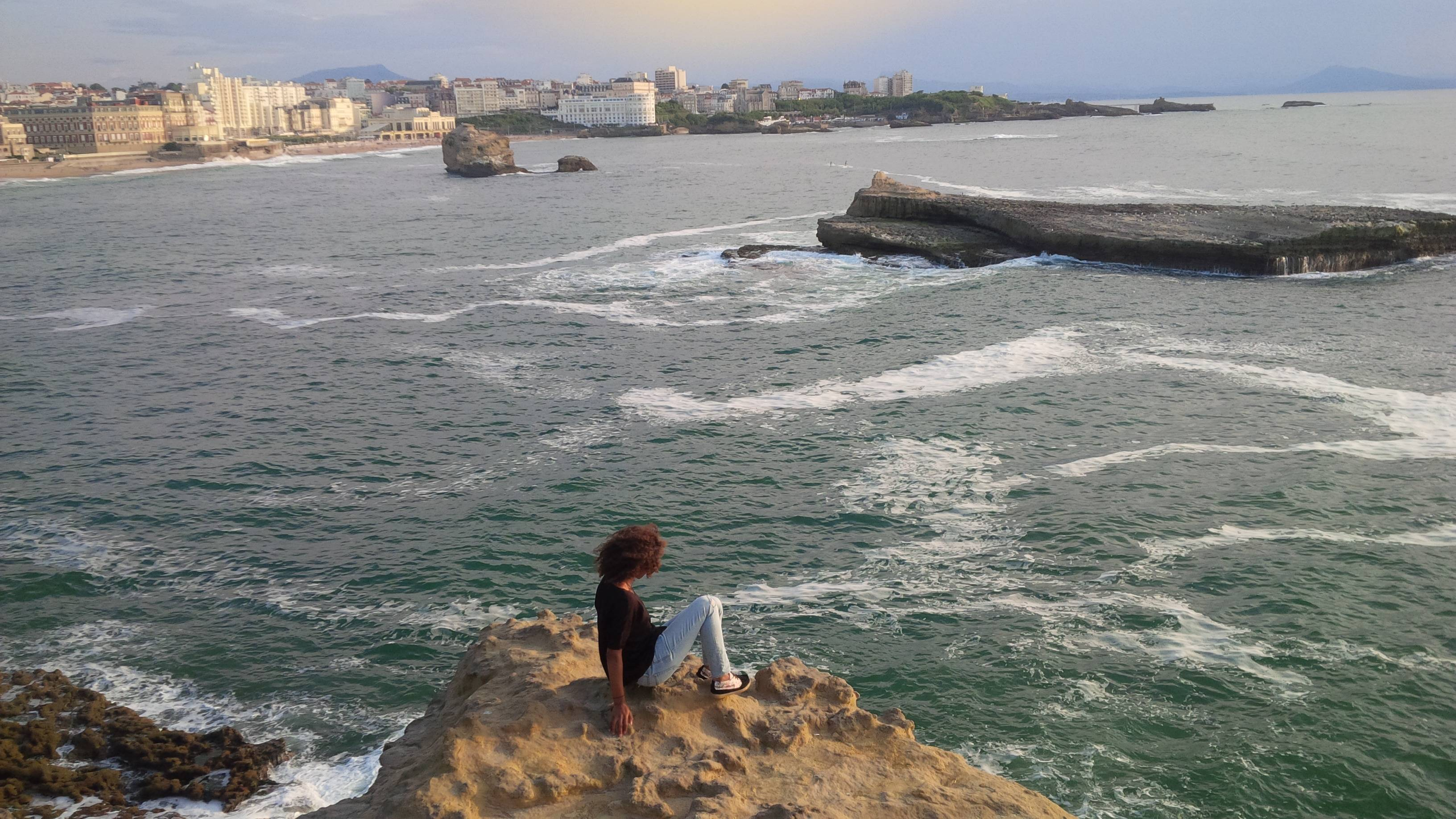 Photo 1: Splendide vue au pied du rocher du phare de Biarritz