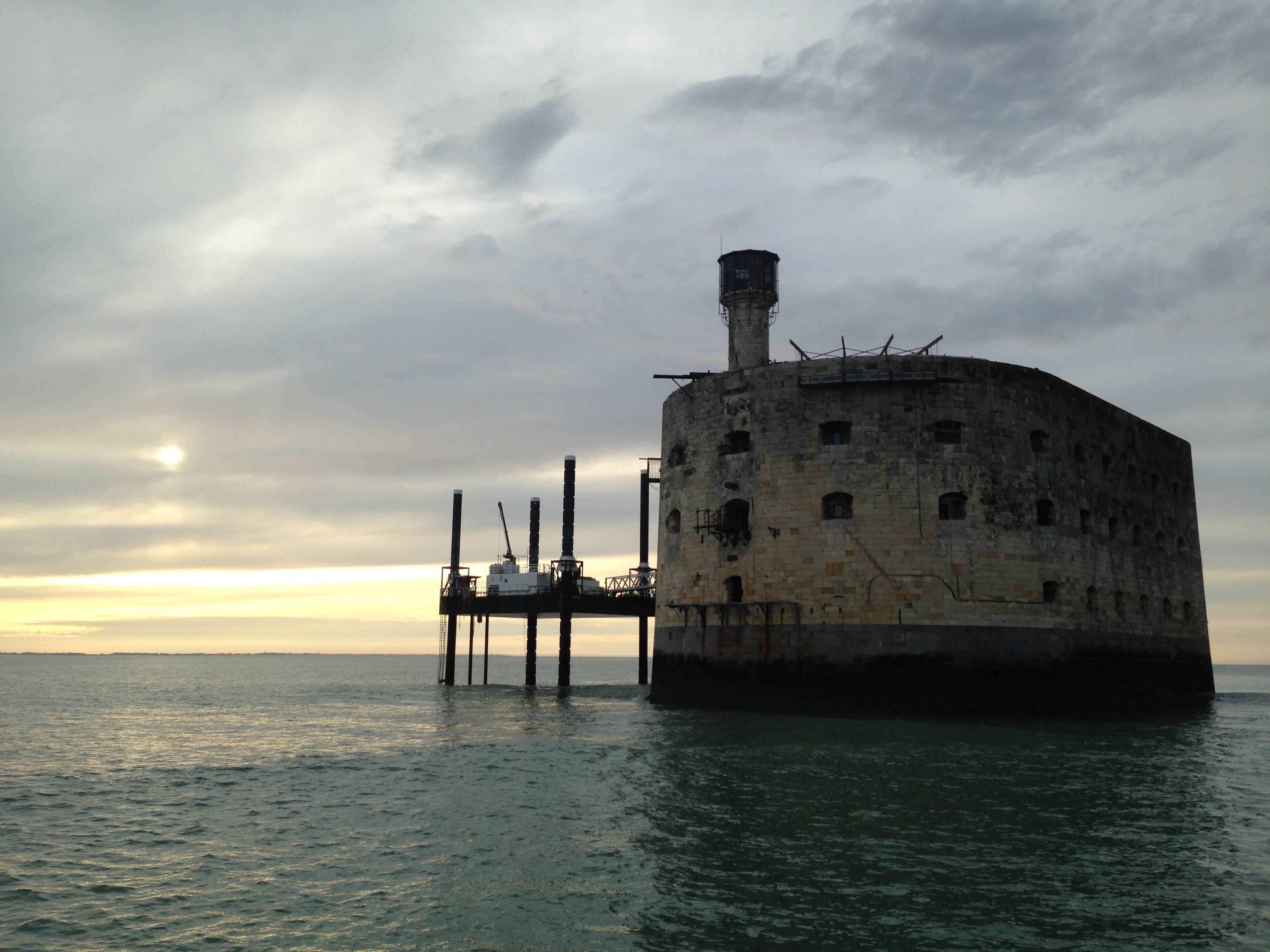 Photo 1: Tour du fort Boyard en voilier !