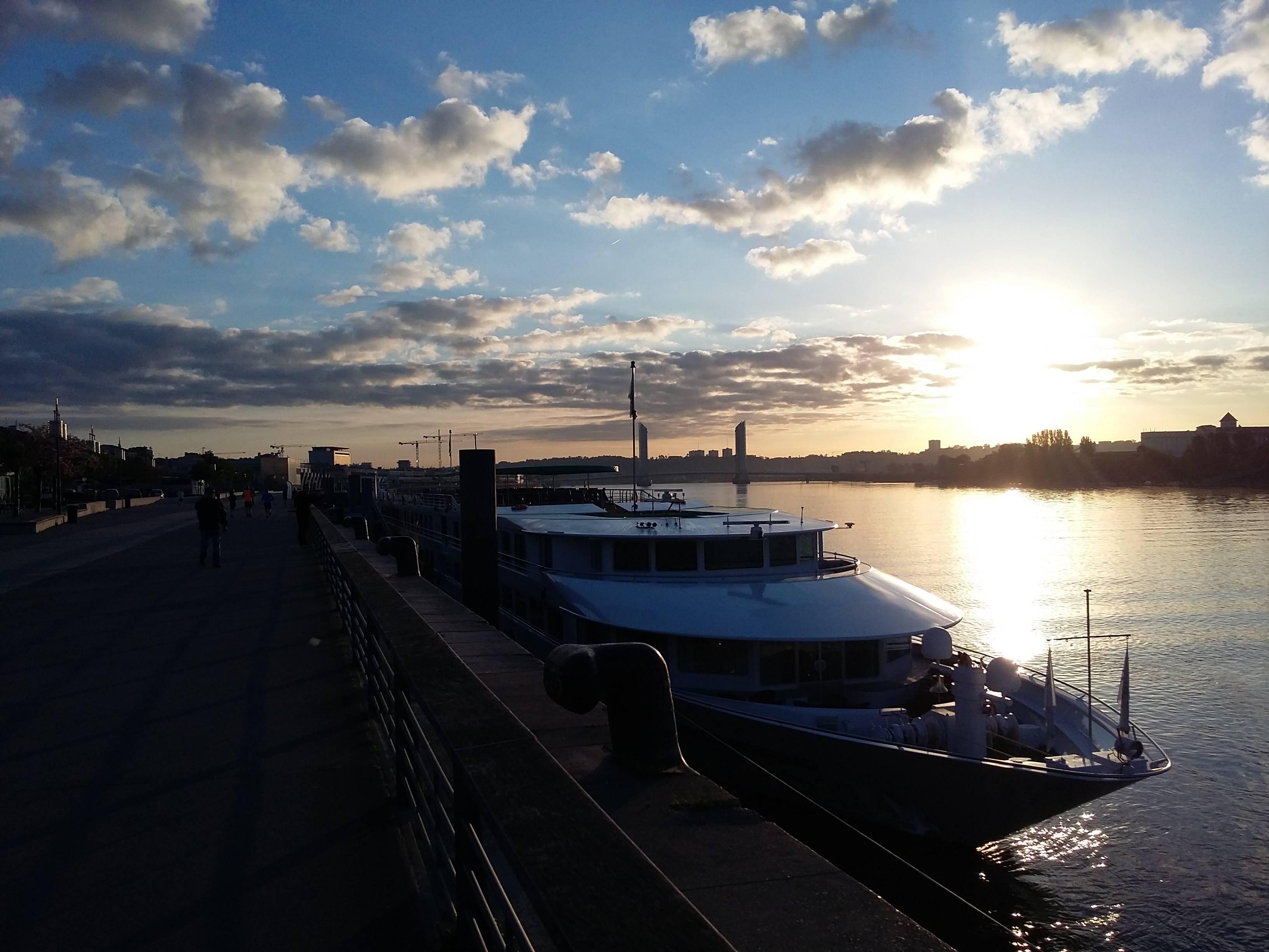 Photo 1: Lever de soleil sur les quais...