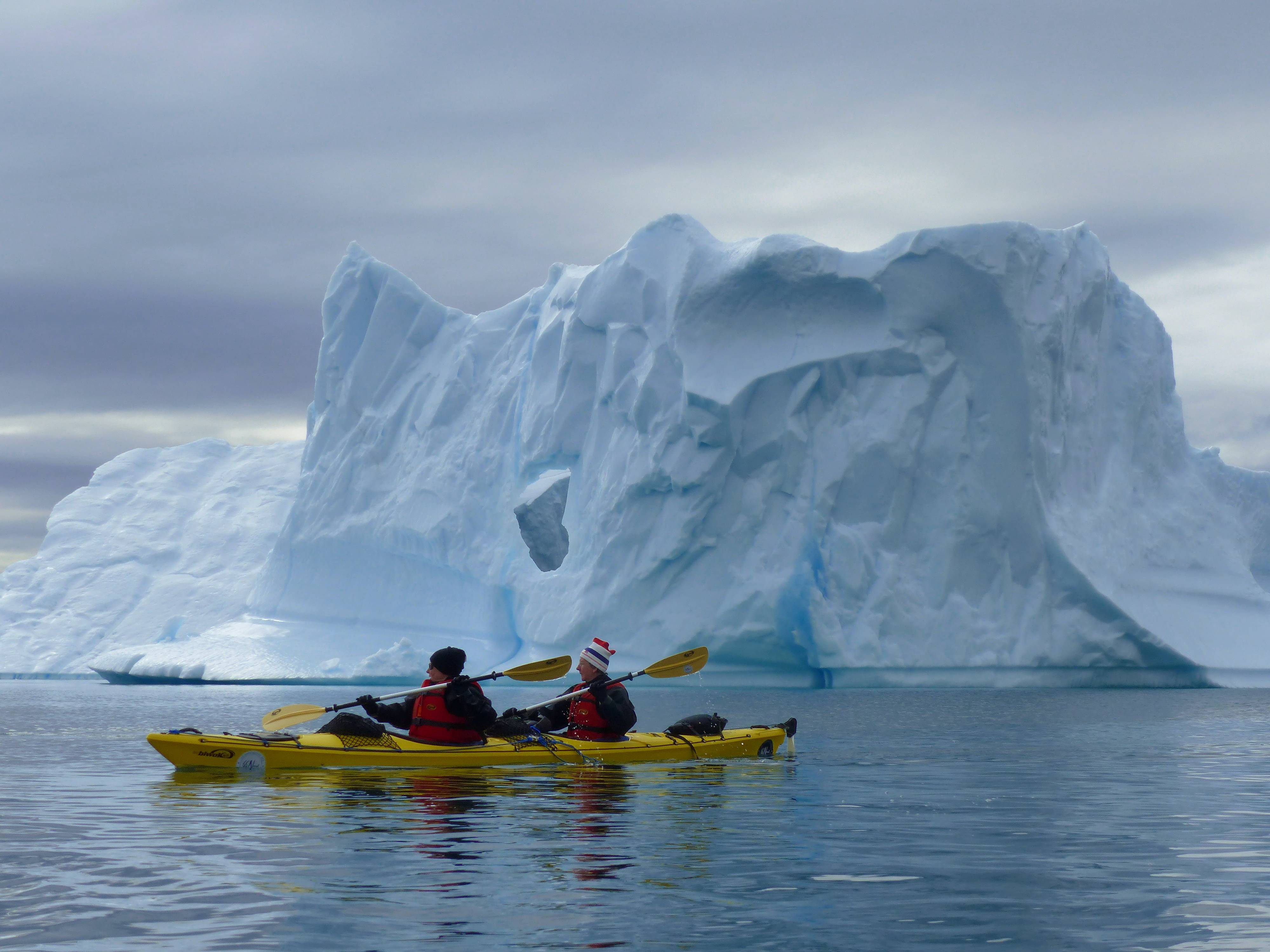 Photo 1: Faire du kayak au milieu des icebergs