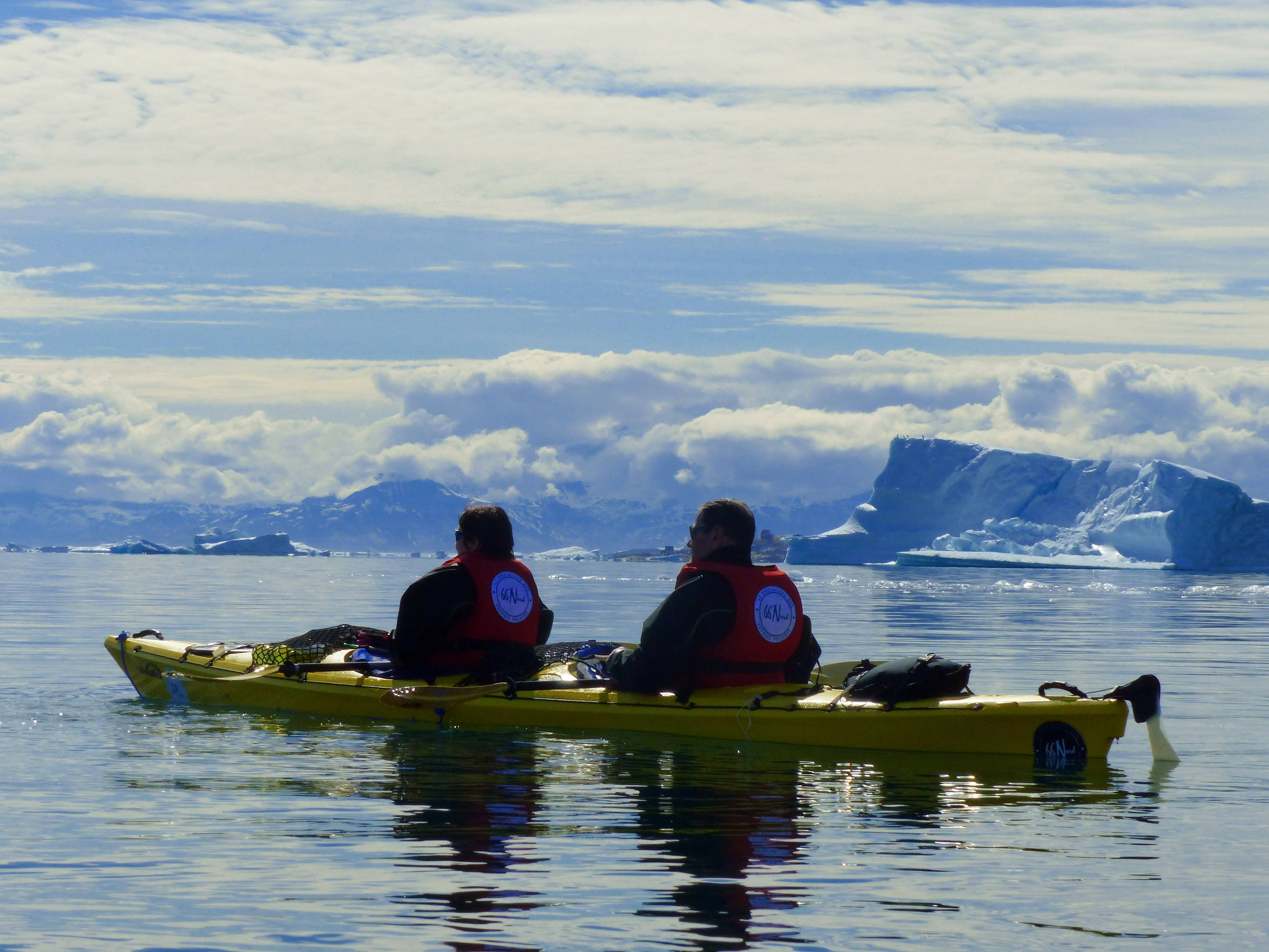 Photo 2: Faire du kayak au milieu des icebergs