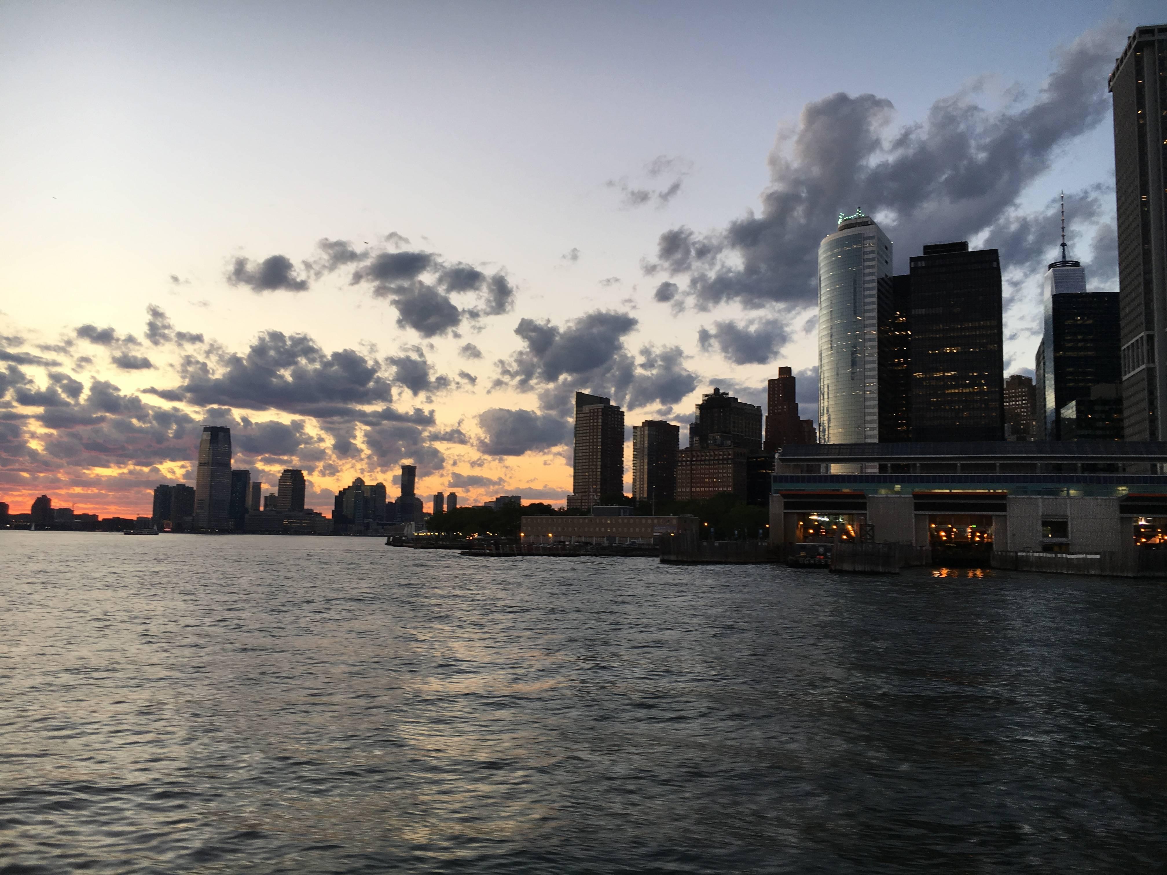 Photo 2: New York City vu de l'Hudson au coucher du soleil