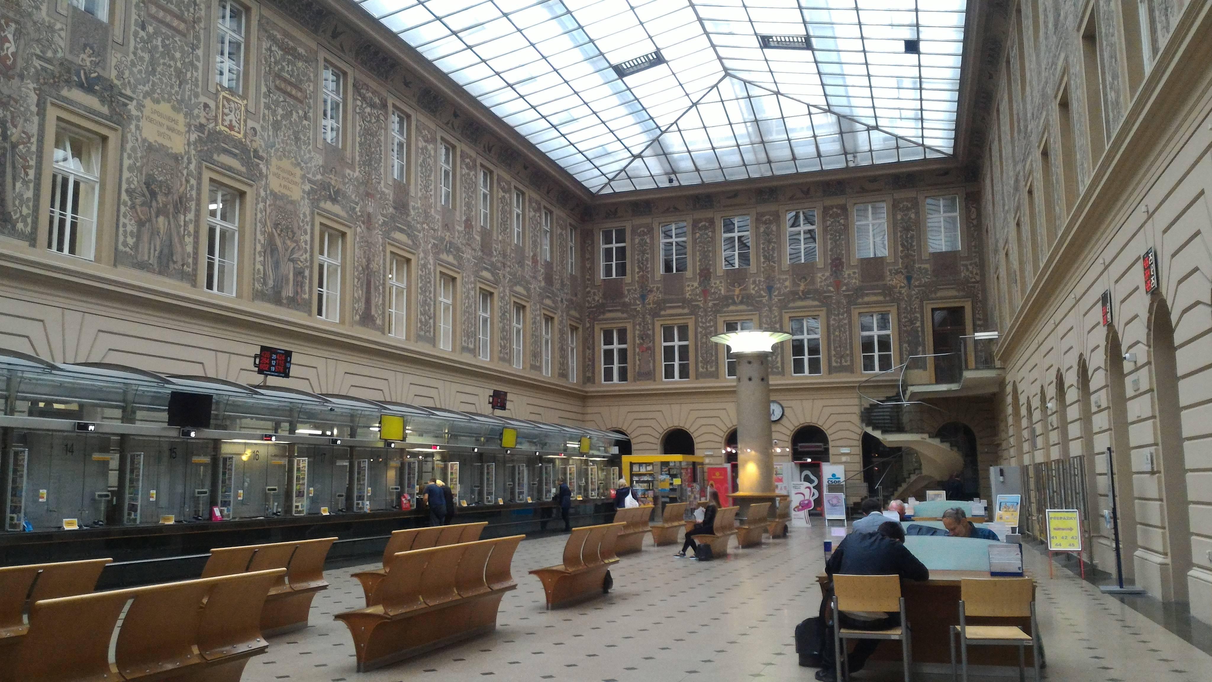 Photo 1: La poste centrale ouverte de 2h à 00h