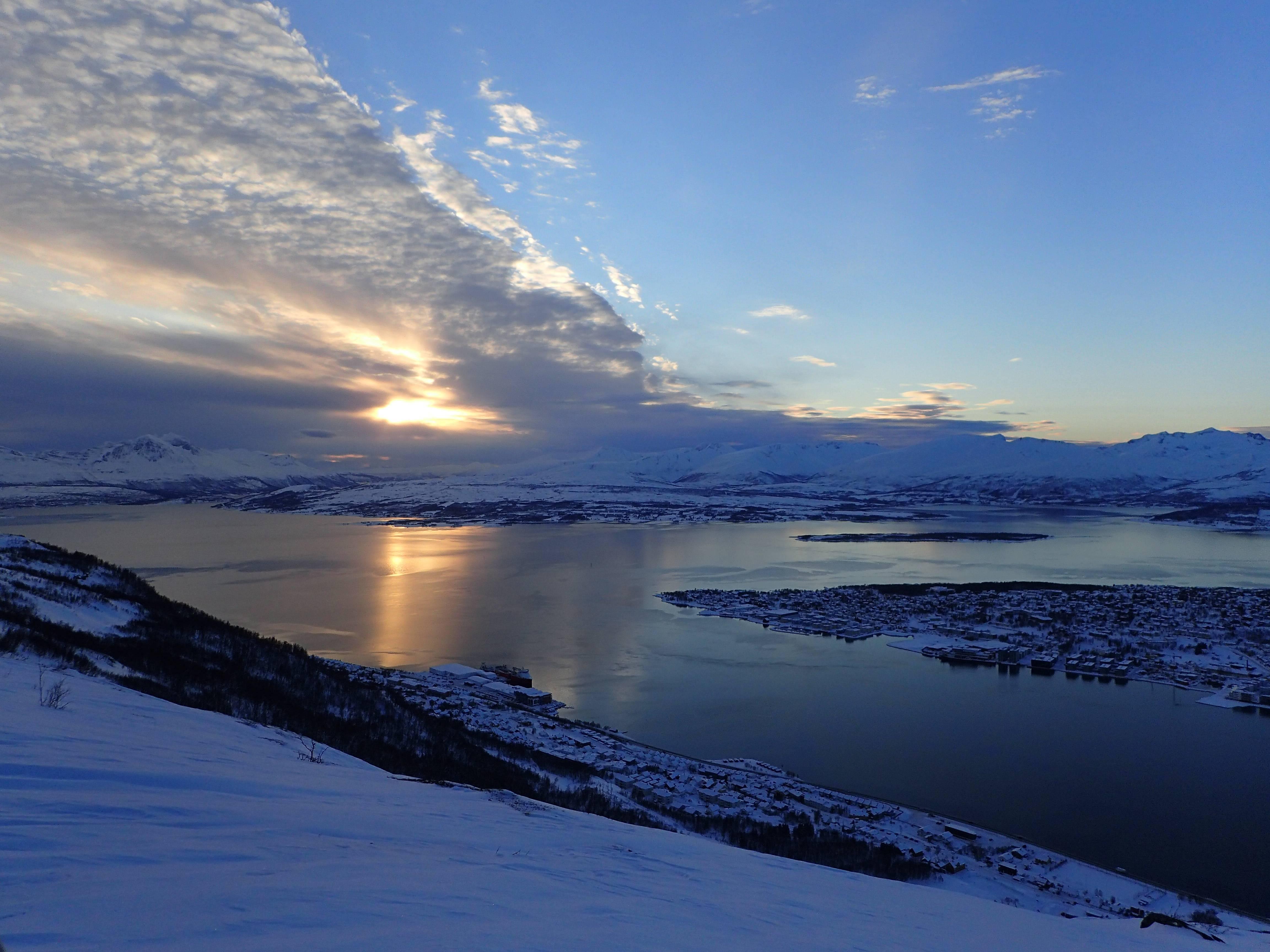Photo 1: Tromso, ville portuaire de Laponie Norvegienne, avec un funiculaire pour voir son île