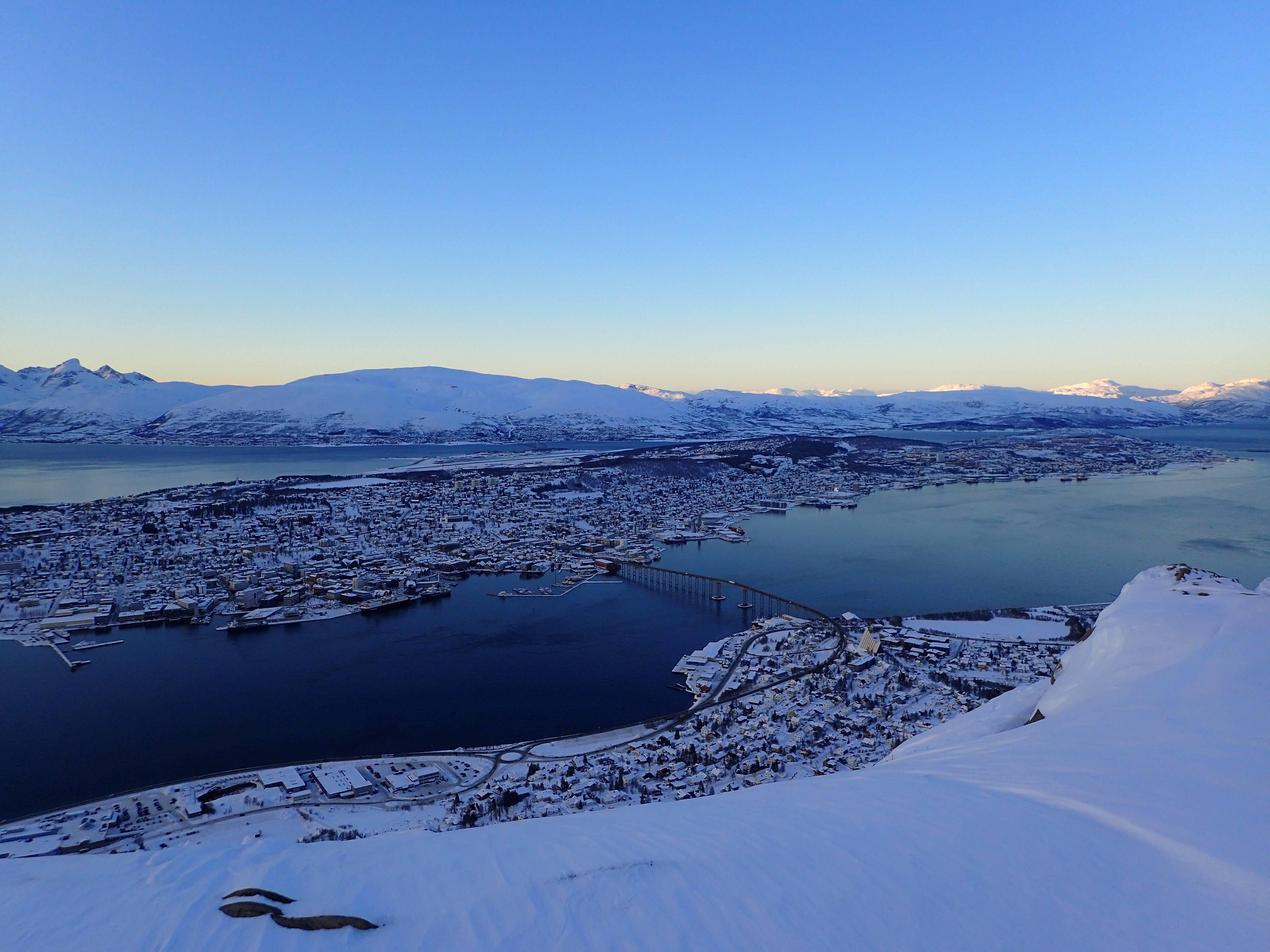 Photo 2: Tromso, ville portuaire de Laponie Norvegienne, avec un funiculaire pour voir son île