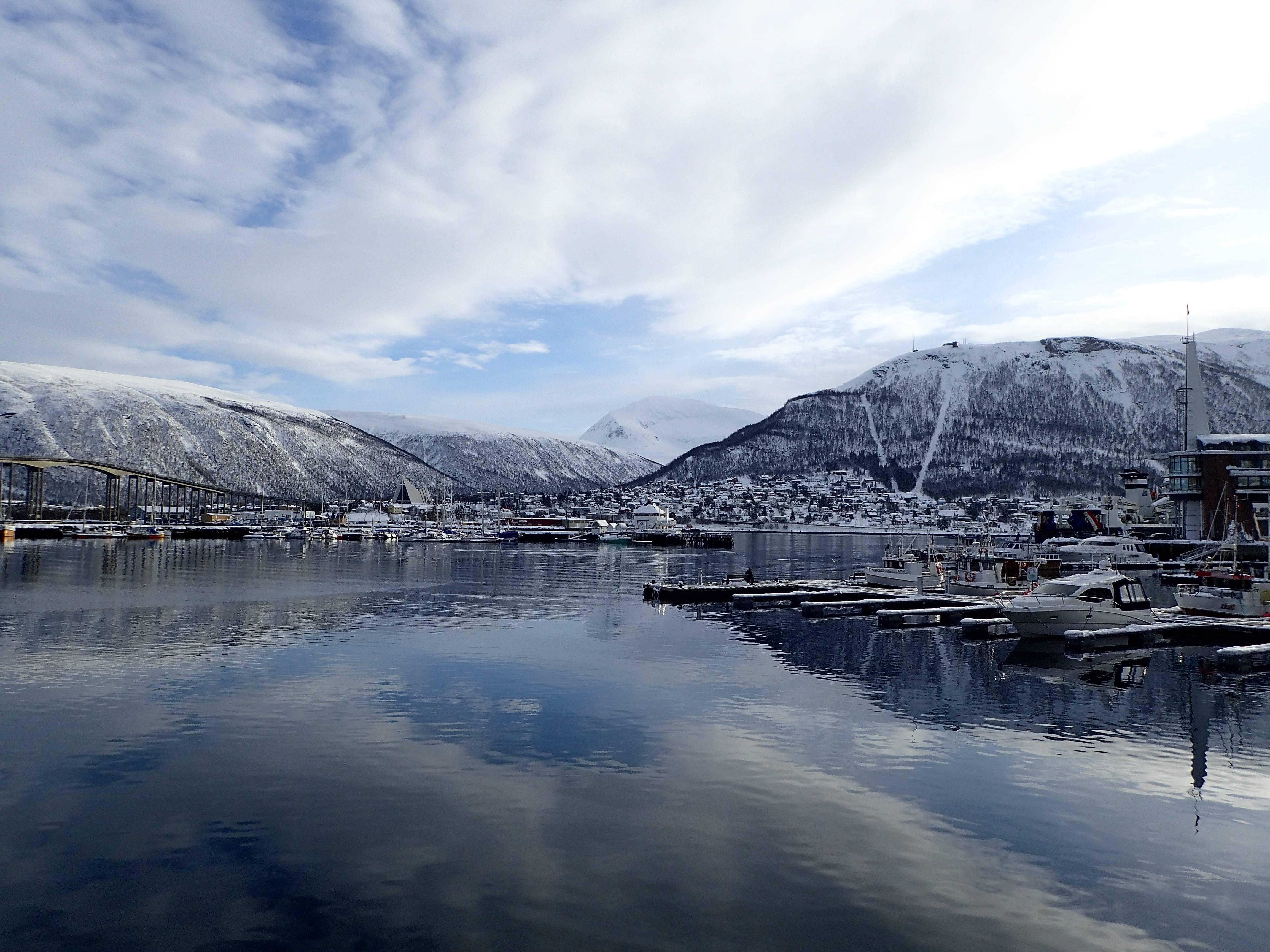 Photo 3: Tromso, ville portuaire de Laponie Norvegienne, avec un funiculaire pour voir son île