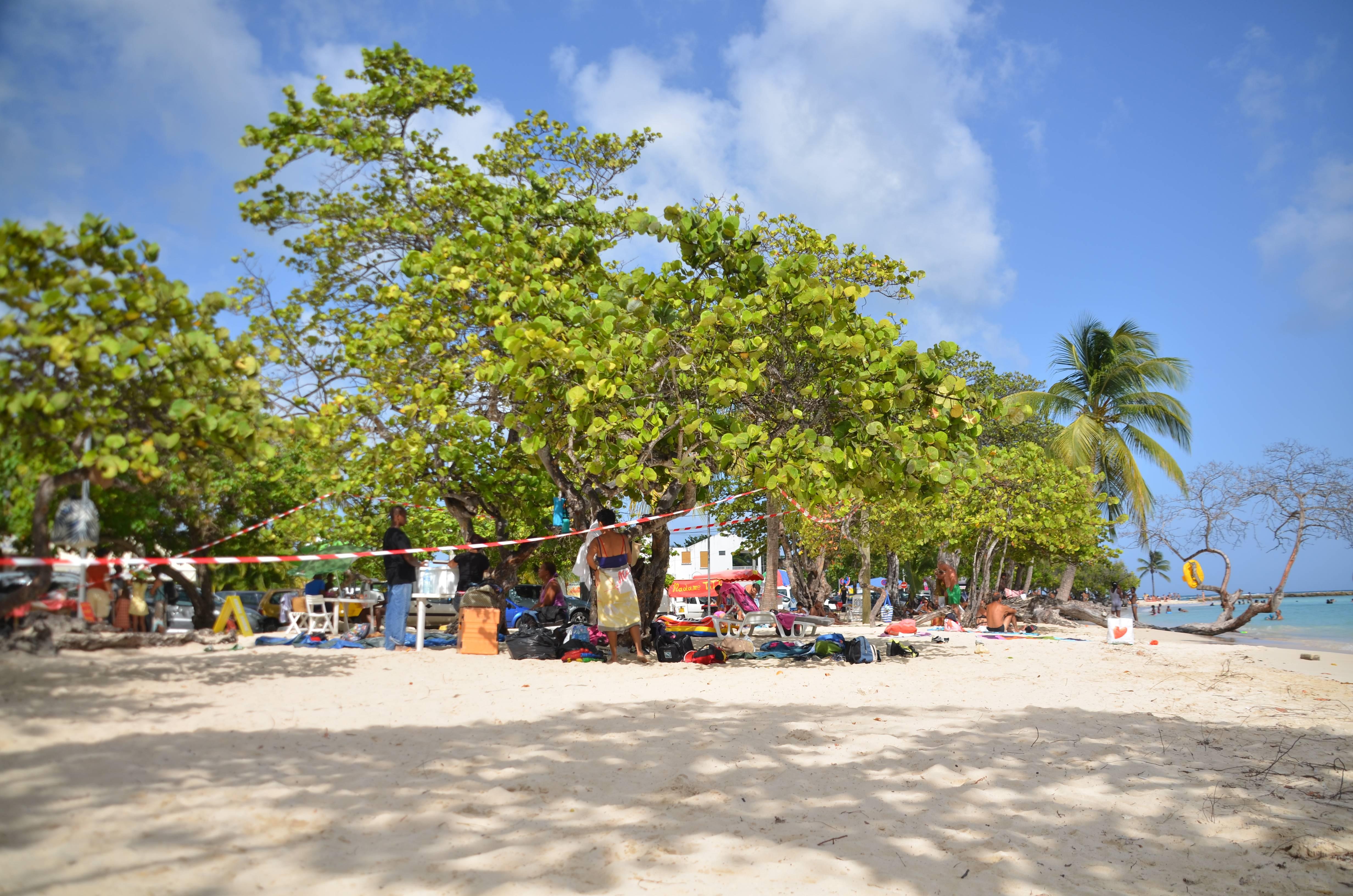 Photo 2: Sainte Anne, son eau turquoise et ses barbecues du Dimanche !