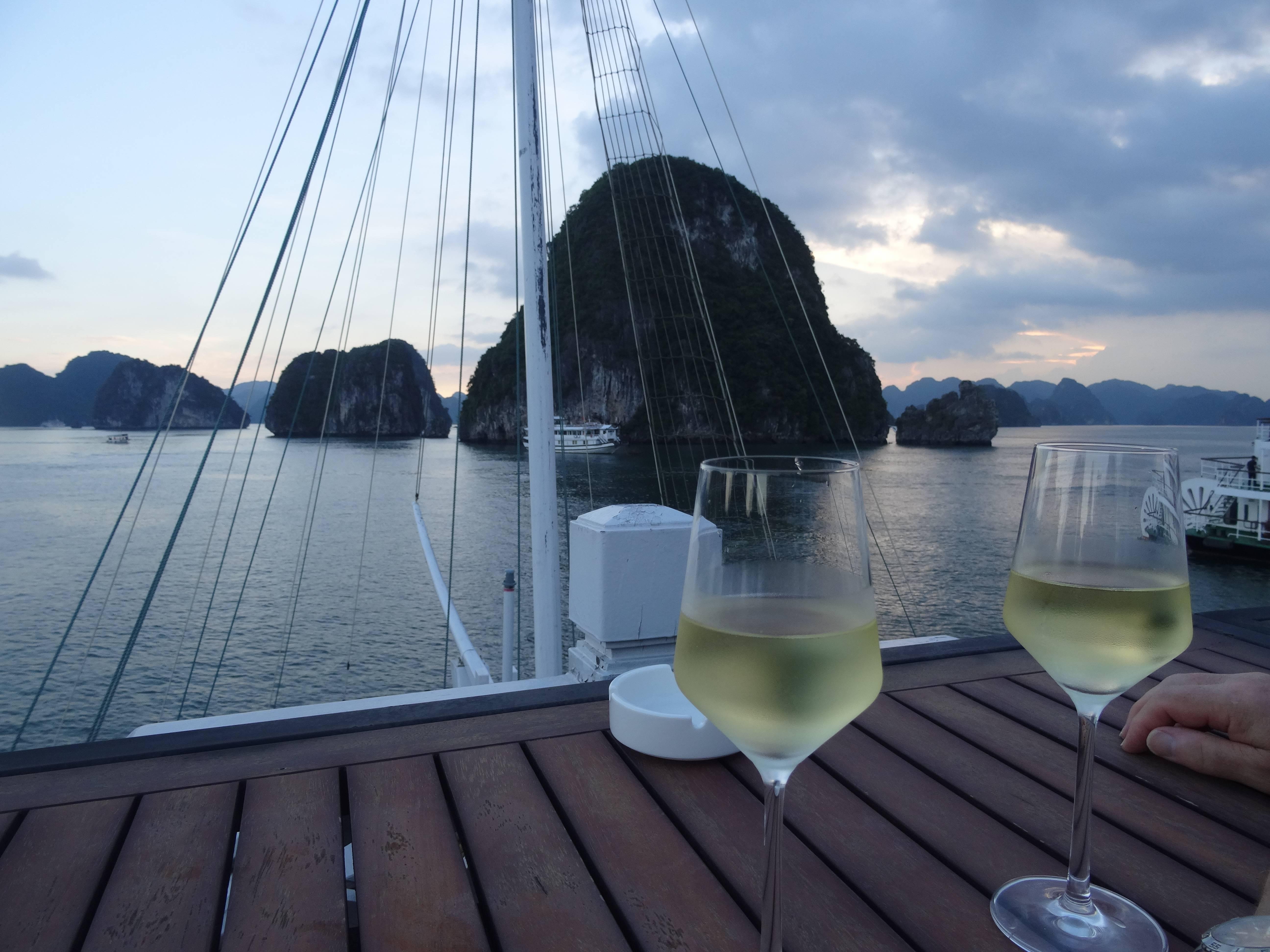 Photo 2: Vietnam....Baie d'Along, un coup de coeur...et sous un ciel bleu....