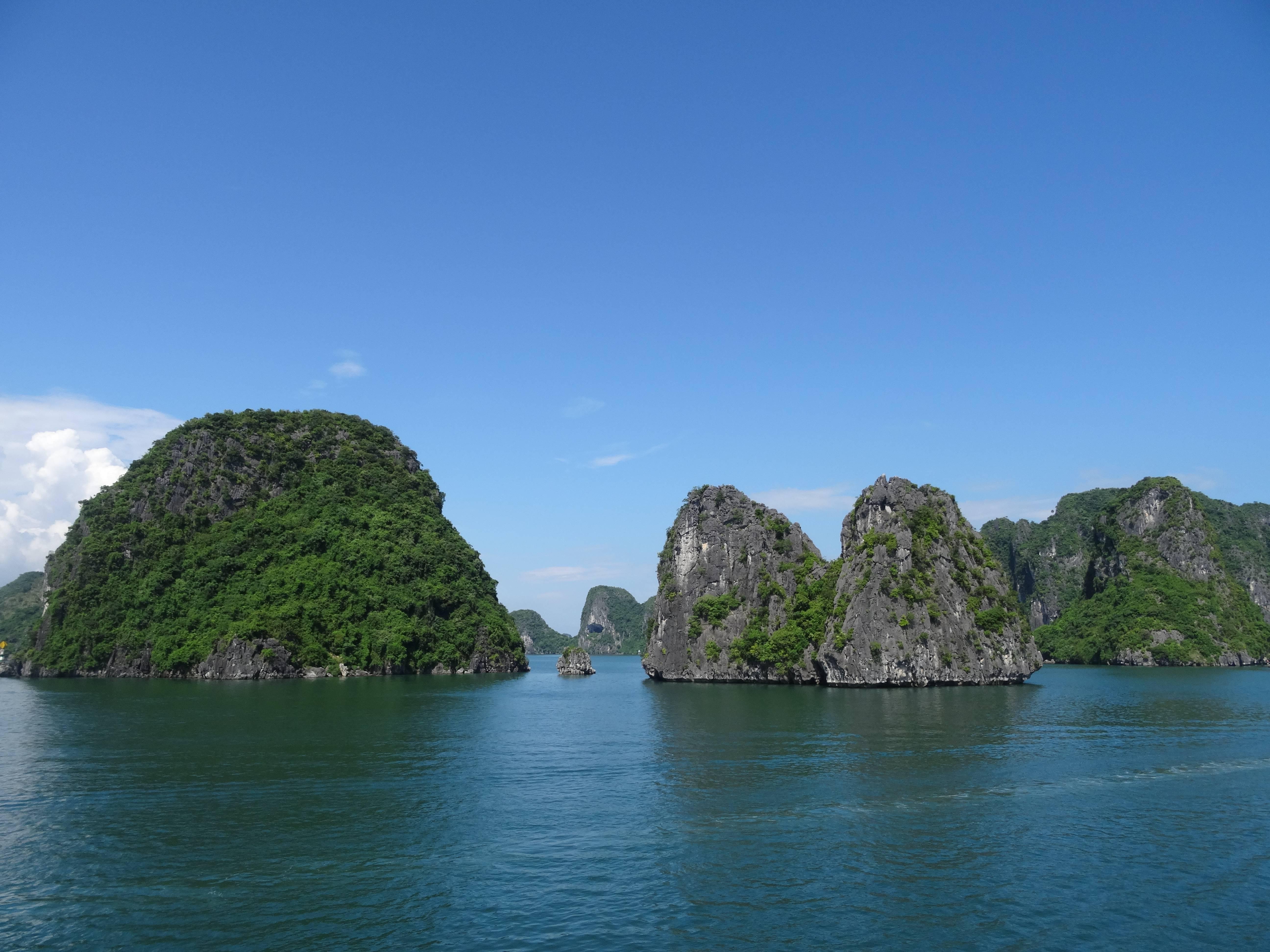Photo 1: Vietnam....Baie d'Along, un coup de coeur...et sous un ciel bleu....
