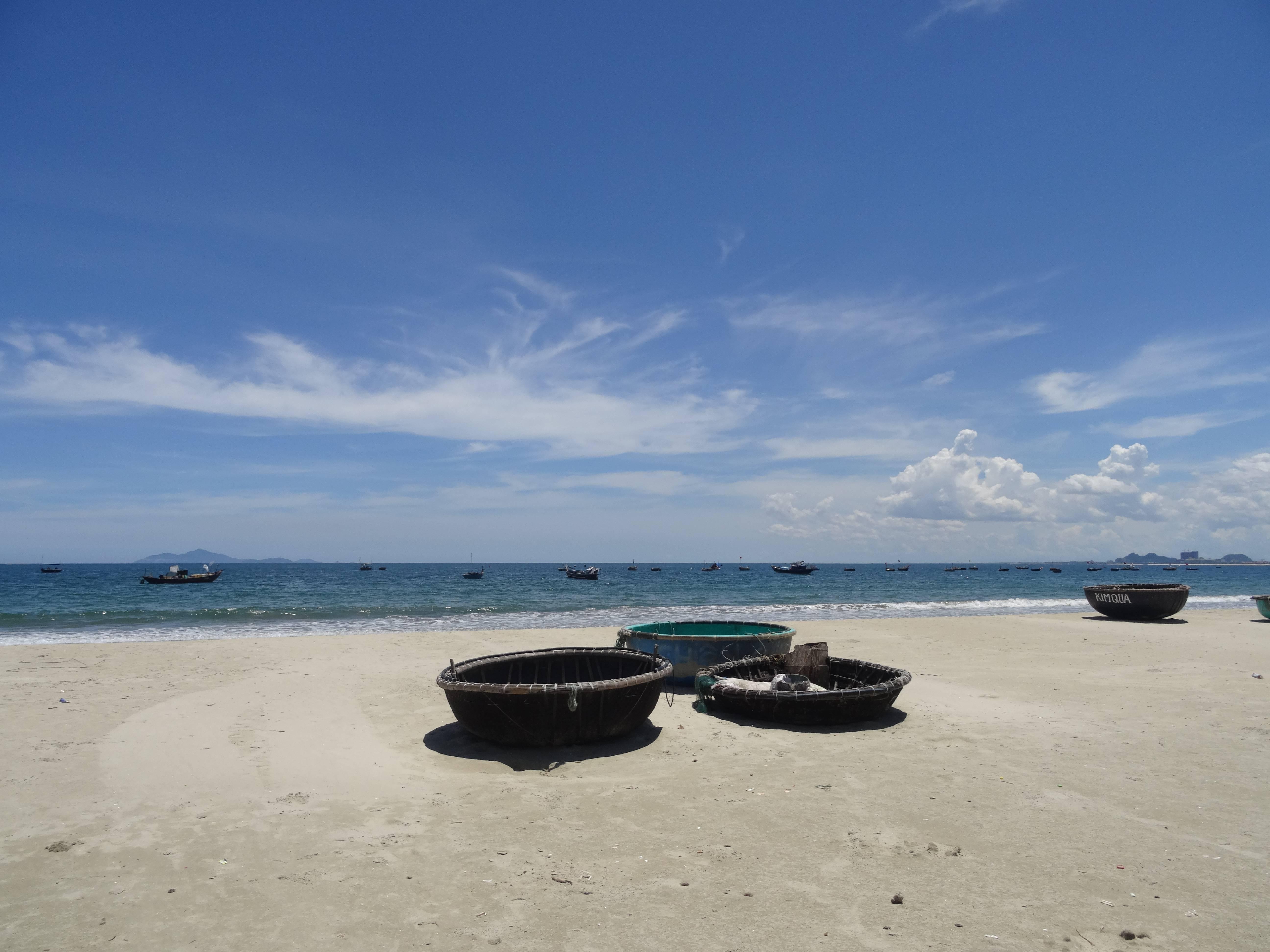 Photo 1: Da Nang et ses bateaux ronds typiques.....