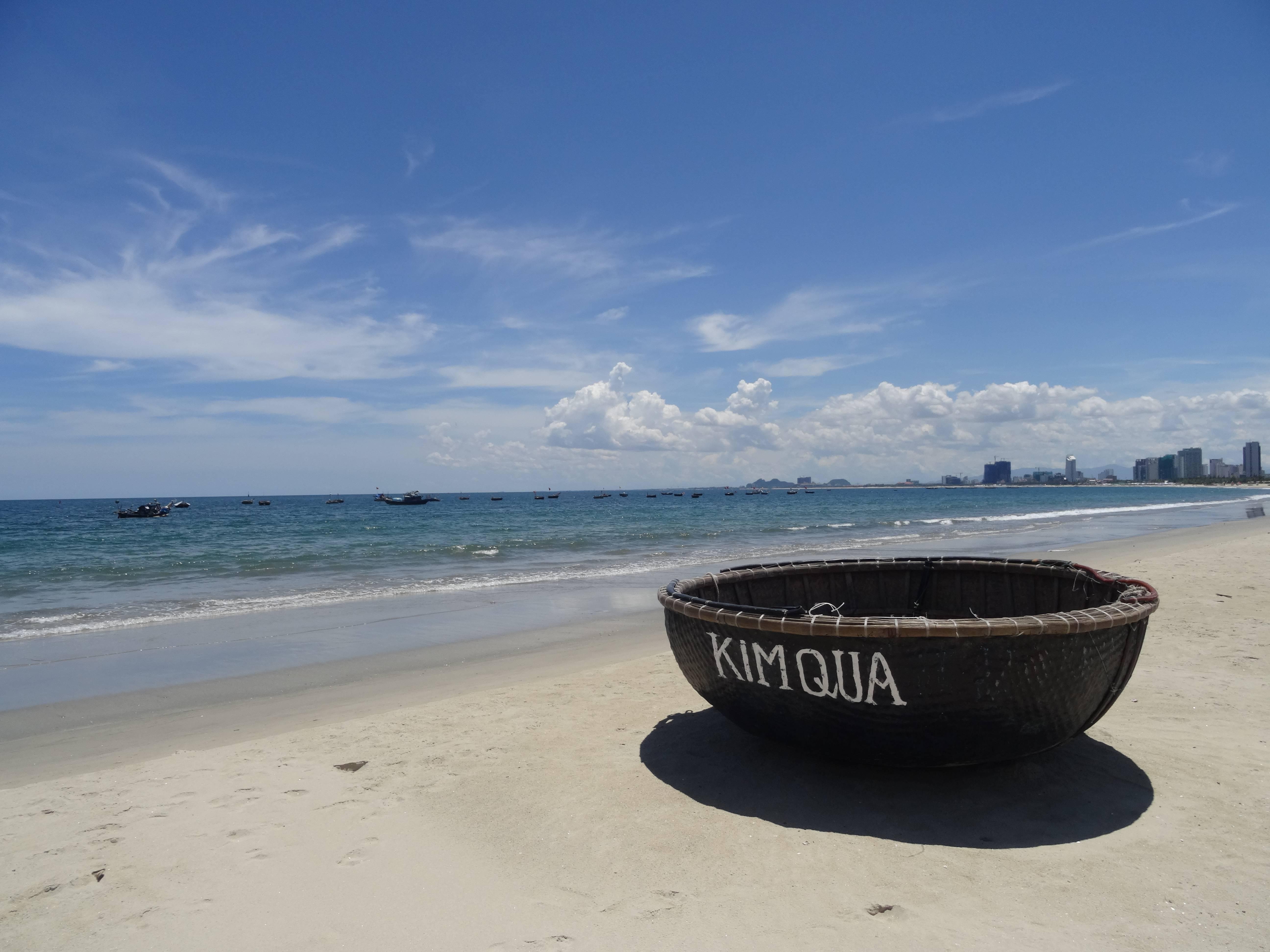 Photo 2: Da Nang et ses bateaux ronds typiques.....